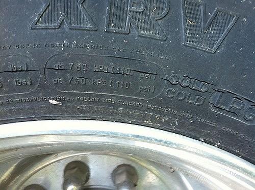Xuất hiện các vết nứt trên lốp xe
