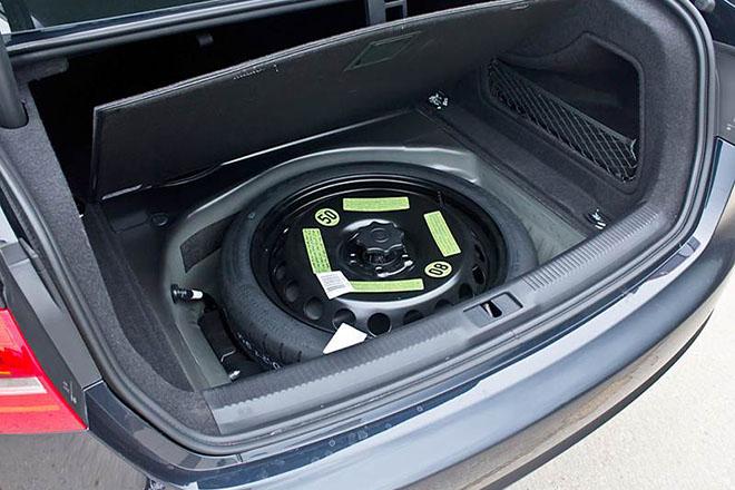 Tại sao lốp ô tô dự phòng lại nhỏ hơn so với lốp chính?