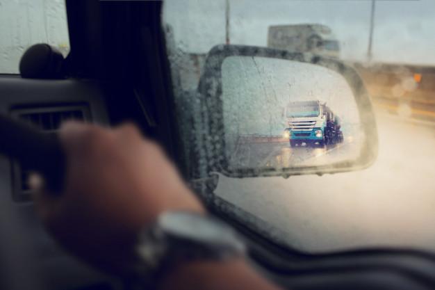 Đi chậm khi lái xe ô tô dưới trời mưa