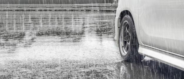 Bí quyết lái xe ô tô dưới trời mưa trơn trượt an toàn