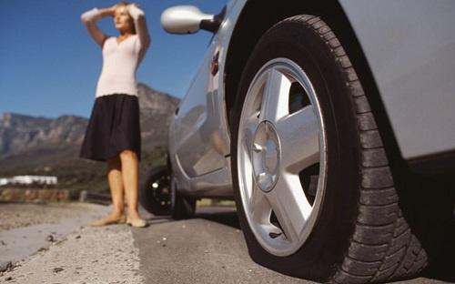Lốp ô tô bị thủng trên đường cần xử lý thế nào