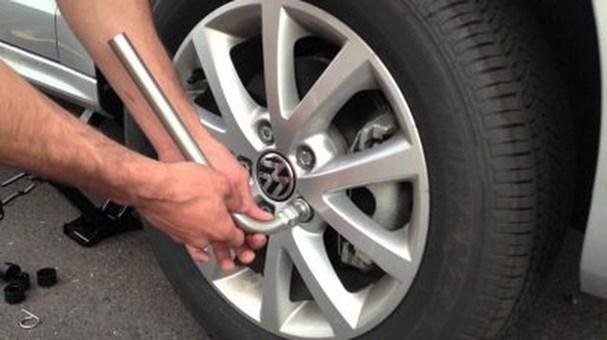 Lắp ốc, tháo kích và hoàn thành quá trình thay lốp