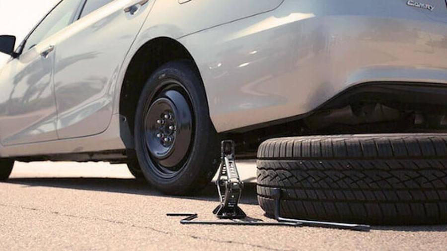 chèn bánh xe ở dưới để tránh xe di chuyển đảm bảo an toàn